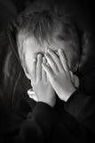 Kind hinter Händen Lizenzfreie Stockfotografie