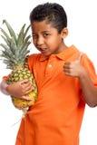 Kind-Holding-Ananas mit dem Daumen oben Lizenzfreie Stockbilder