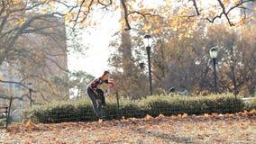 Kind holen die Mutter ein und laufen in autom Park auf schönem Landschaftshintergrund mit Kamerablendenfleck stock video