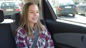 Kind im Auto mit Sicherheitsgurt
