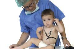 Kind im Büro des Doktors auf weißem Hintergrund Lizenzfreies Stockfoto