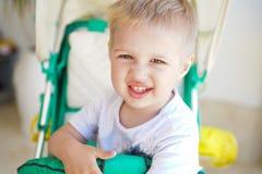 Kind im Babyspaziergang stockbilder