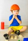 Kind im Bausturzhelm Stockbild