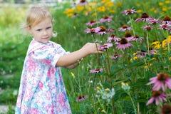 Kind im Blumengarten. Stockbild