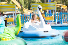 Kind im Boot - Schwan reitet in den Park Lizenzfreies Stockbild