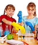 Kind im Chemieunterricht Stockbild