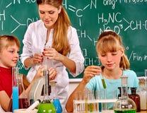 Kind im Chemieunterricht Lizenzfreie Stockfotografie