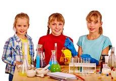 Kind im Chemieunterricht Lizenzfreie Stockbilder
