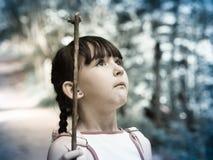 Kind im Dschungel Stockbild