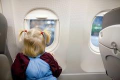 Kind im Flugzeug Stockfotografie