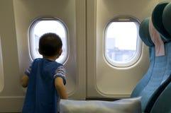 Kind im Flugzeug stockfotos