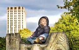 Kind im Freien während des Herbstes Stockfoto