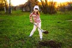 Kind im Garten Stockbild
