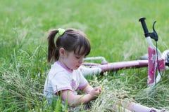 Kind im Gras lizenzfreies stockfoto