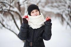 Kind im Hintergrund einer schneebedeckten Stadt lizenzfreies stockfoto