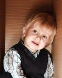 Kind im Kasten Stockfoto