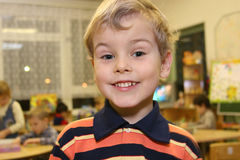 Kind im Kindergarten lizenzfreies stockfoto