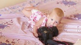 Kind im Kleid gelegt auf Bett stock footage