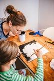 Kind im Kunstunterricht mit Lehrer Stockbilder