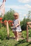 Kind im Land Stockbild
