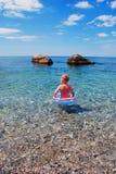 Kind im Meer lizenzfreie stockfotografie