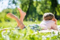 Kind im Park Stockfoto