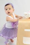 Kind im pryple Kleid stockfotografie