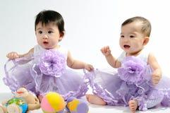 Kind im purpurroten Kleid stockfotos