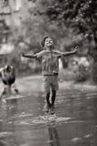 Kind im Regen Stockfotografie