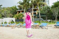 Kind im rosa Gehen auf den Strand Lizenzfreie Stockfotografie