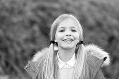 Kind im roten Mantel am idyllischen Herbsttag Lizenzfreies Stockfoto