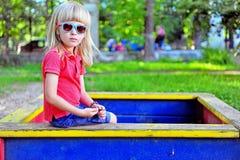 Kind im Sandkasten Stockfotos