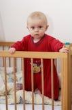 Kind im Schätzchen-Bett Lizenzfreie Stockbilder
