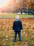 Kind im Schal und im Mantel lizenzfreies stockfoto