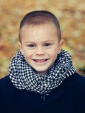 Kind im Schal und im Mantel stockfotos