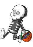 Kind im Skeleton Kostüm mit Korb der Süßigkeit Lizenzfreies Stockfoto