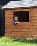 Kind im Spielhaus Stockfotos
