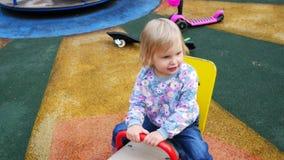 Kind im Spielplatz stock footage