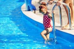 Kind im Swimmingpool Stockfoto