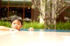 Kind im Swimmingpool stockbild