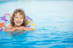 Kind im Swimmingpool Stockbild