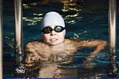 Kind im Swimmingpool lizenzfreie stockfotografie