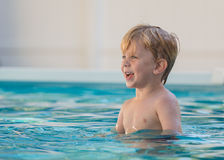 Kind im Swimmingpool Lizenzfreies Stockbild