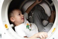 Kind im Trockner stockfotografie