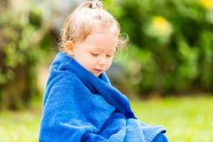 Kind im Tuch, nachdem das Aalen in der Sonne auf tropischem Erholungsort geschwommen worden ist Lizenzfreies Stockbild