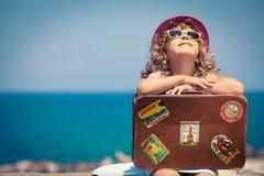Kind im Urlaub lizenzfreie stockfotos