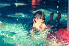 Kind im Wasser mit dem Daumen oben Lizenzfreies Stockbild