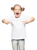 Kind im weißen T-Shirt stockbild