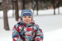 Kind im Winterpark Lizenzfreie Stockbilder