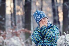 Kind im Winterwald Lizenzfreies Stockbild